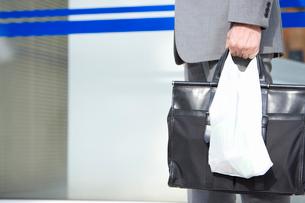 コンビニで買い物をした男性の写真素材 [FYI02962450]