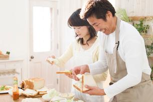 料理を作る日本人の夫婦の写真素材 [FYI02962697]