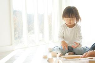 窓際で母親と積み木をする日本人の娘の写真素材 [FYI02962864]