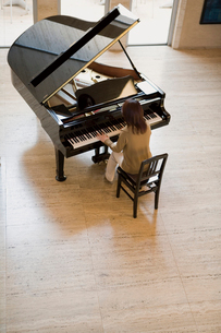 ピアノを弾く女性の写真素材 [FYI02963084]