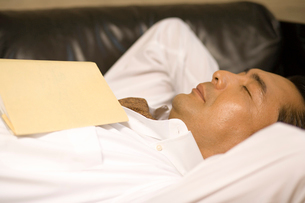 うたた寝をする男性の写真素材 [FYI02963094]