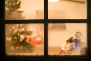 窓に積もった雪とクリスマスの飾りの写真素材 [FYI02963163]