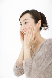顔を触っている女性の写真素材 [FYI02963183]