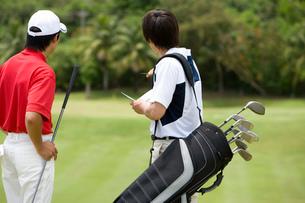 日本人男性ゴルファーとキャディーの写真素材 [FYI02963239]