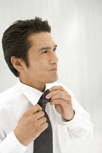 ネクタイをする男性の写真素材 [FYI02963241]