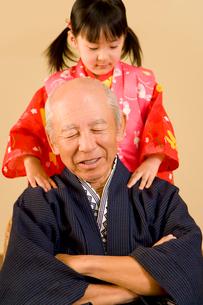 孫に肩もみをしてもらう祖父の写真素材 [FYI02963250]
