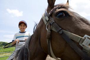 乗馬体験をする男の子の写真素材 [FYI02963281]