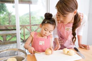 料理をする親子の写真素材 [FYI02963311]