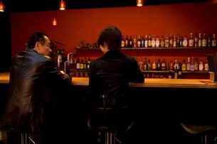 バーカウンターに座る男女の写真素材 [FYI02963379]