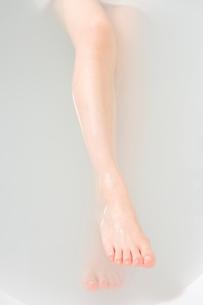 入浴する女性の足の写真素材 [FYI02963448]