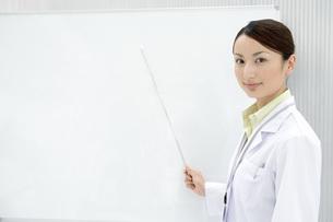説明している女性研究員の写真素材 [FYI02963476]