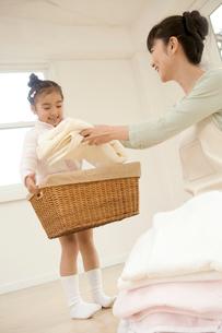 洗濯物と親子の写真素材 [FYI02963489]