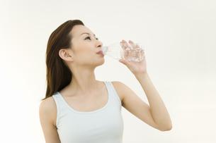ミネラルウォーターを飲む女性の写真素材 [FYI02963501]