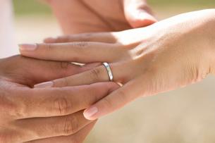 指輪とカップルの手の写真素材 [FYI02963517]