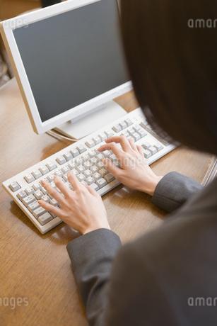 パソコンで仕事の写真素材 [FYI02963541]