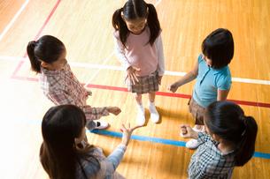体育館でジャンケンする女の子の写真素材 [FYI02963589]