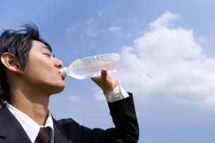 水を飲む男性の写真素材 [FYI02963627]