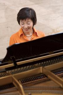 ピアノを弾く女性の写真素材 [FYI02963629]