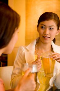 居酒屋で談笑をするOLの写真素材 [FYI02963649]