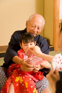 トランプで遊ぶ祖父と女の子の写真素材 [FYI02963664]