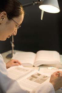ノートを見る女性研究員の写真素材 [FYI02963711]