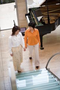 階段を上がろうとする二人の写真素材 [FYI02963721]