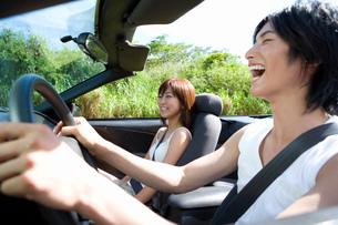 笑顔でドライブの写真素材 [FYI02963762]