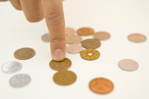 小銭を数える手元の写真素材 [FYI02963772]