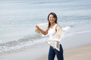 女性と海の写真素材 [FYI02963798]