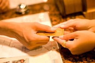 クレジットカードを持つ手元の写真素材 [FYI02963830]