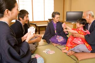トランプで遊ぶ三世代ファミリーの写真素材 [FYI02963862]