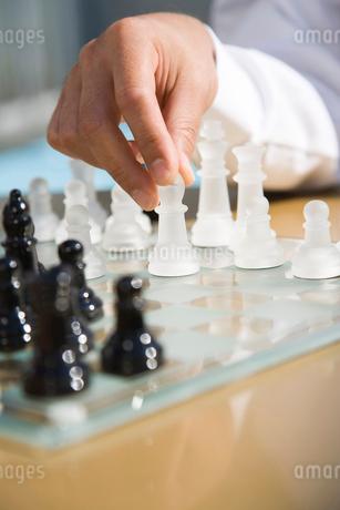 チェスをする手の写真素材 [FYI02963863]
