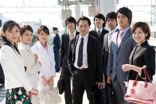 駅のホームに並ぶビジネスマンとOLの写真素材 [FYI02963927]