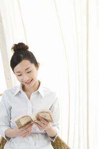 読書をする女性の写真素材 [FYI02963949]