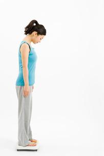 体重を量る女性の写真素材 [FYI02963992]