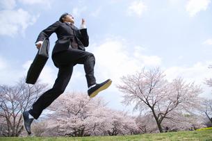 ジャンプする男性の写真素材 [FYI02963998]