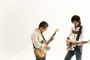 ギターを弾く親子の写真素材 [FYI02964018]