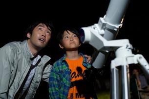 天体観測をする親子の写真素材 [FYI02964034]