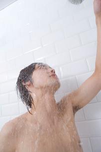 シャワーを浴びる男性の写真素材 [FYI02964042]