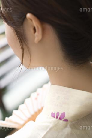 浴衣の女性の首筋の写真素材 [FYI02964051]