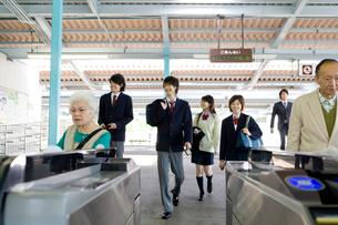 駅の改札を通る人々の写真素材 [FYI02964110]
