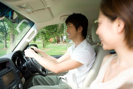 ドライブ中の夫婦の写真素材 [FYI02964128]