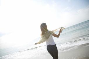 女性と海の写真素材 [FYI02964163]