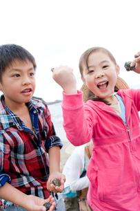 潮干狩りを楽しむ家族の写真素材 [FYI02964169]