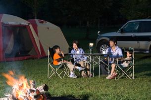 キャンプをする家族の写真素材 [FYI02964183]
