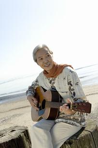 ギターを弾く日本人男性の写真素材 [FYI02964197]