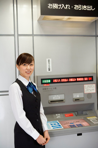 ATMとビジネスウーマンの写真素材 [FYI02964202]