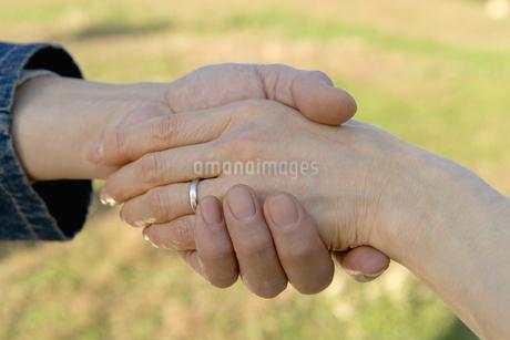 手を繋ぐ日本人夫婦の写真素材 [FYI02964225]