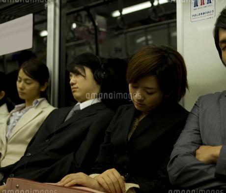 電車内の座席で居眠りをする人々の写真素材 [FYI02964231]