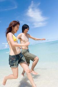 ビーチのカップルの写真素材 [FYI02964270]